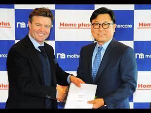 Mark Newton-Jones with Do Sung-hwan, chief executive of Homeplus